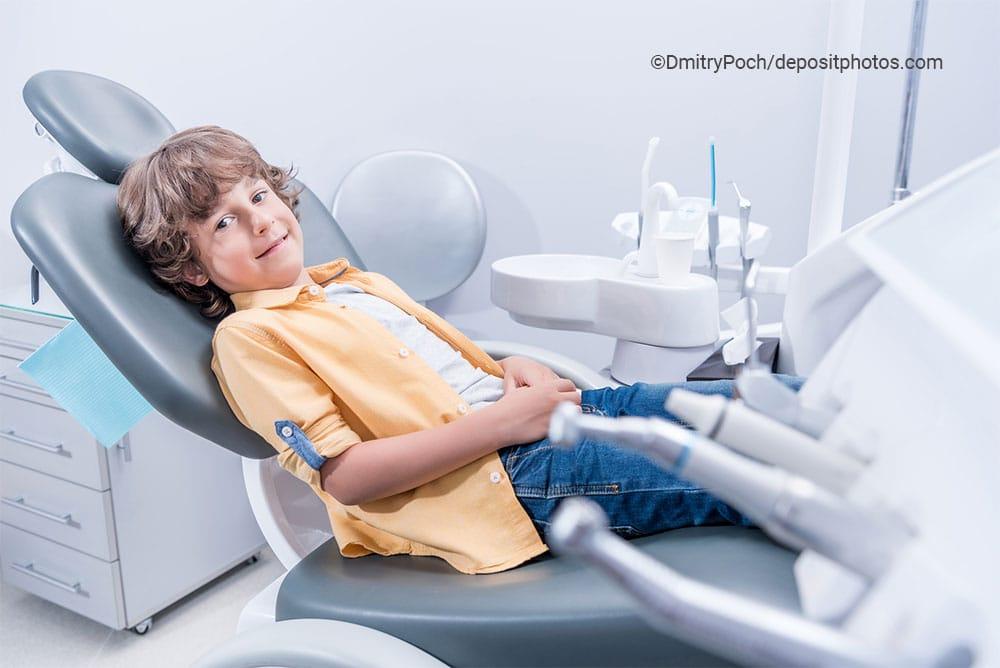 Lachender Junge beim Zahnarzt