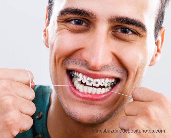 Mann Brackets mit Zahnseide