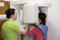 Johanna und Anne am Röntgengerät